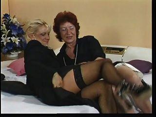 흥분 된 오래 된 빨간 머리 손가락 전화 섹스 동안 그녀의 음부