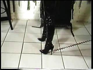 여주인이 노예를 선물한다.