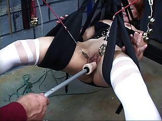 귀엽고 성숙한 빨간 머리가 섹스 스윙에서 노는 그녀의 음부를 가져옵니다.
