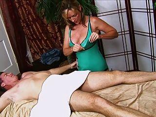 남자는 뜨거운 엄마에게서 주무르기를 얻는다.