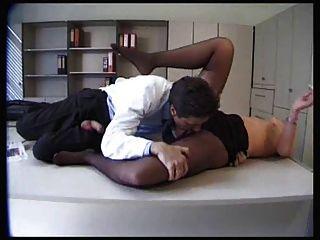 검은 색 팬티 스타킹의 섹시한 환자가 좆되다.