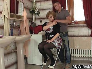 그의 아내가 나와서 엄마를 강타합니다.
