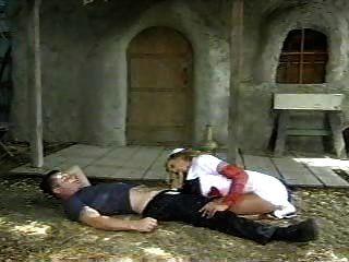 가슴이 아픈 간호사가 환자를 되살린다.