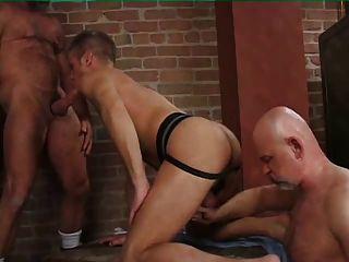 삼인조의 두 근육 아빠가 소년 빌어 먹을