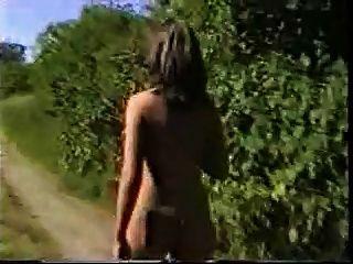 뜨거운 여자 누드는 철도 주위에 산책