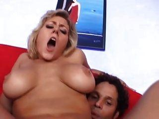 busty milf가 엉덩이에 박혀 ... usb