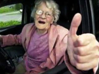 운전사는 satyriasiss에 의해 비뚤어진 옛날 변태의 할머니를 앉힌다.