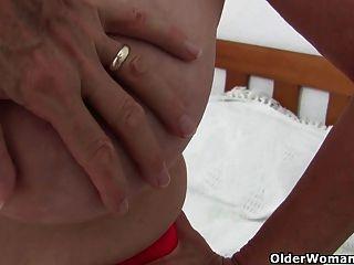 큰 가슴을 가진 할머니는 사진 작가가 손가락을 망쳤다.