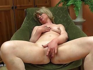 뚱뚱한 성숙한 엄마가 그녀의 딜도 라구 딜도와 놀아 라.