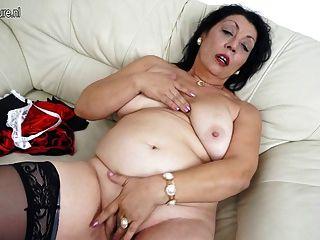 오래 된 엄마는 그녀의 소파에 젖은 것을 좋아합니다.