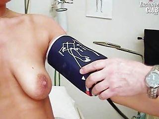 janelle 젊은 엄마가 그녀의 음부 gyno 검경을 가지고 검사
