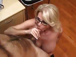 사무실의 유부녀가 섹스 파트너가되어줍니다.
