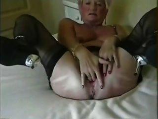 할머니는 매우 넓게 그녀의 뻗어 엉덩이 구멍