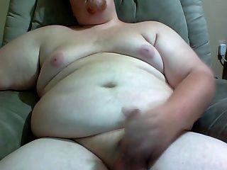 뚱뚱한 남자가 당신을 위해 그의 거시기를 쓰다듬어.