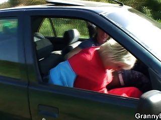할머니는 차에 빠져 들었어.