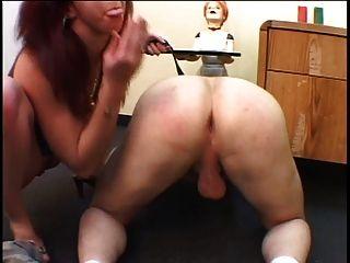 갈색 머리의 애인이 스트랩으로 그녀의 남자 엉덩이 걸립니다