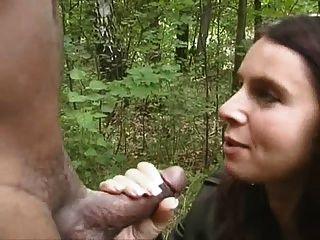검은 숲 속에서 빨아 먹는 핫 와이프