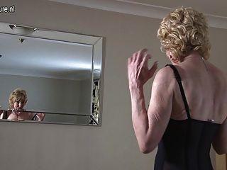 그녀의 늙은하지만 여전히 뜨거운 몸매를 과시 한 할머니