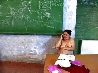 임신 한 교사가 책상에서 자위한다.