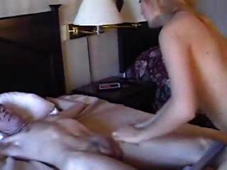 이 남자의 침대에 묶여있는 카트리나 인센 트롤