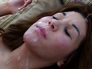 그녀의 뒤에 소녀는 그녀의 얼굴 및 머리에있는 큰 짐을 얻는다