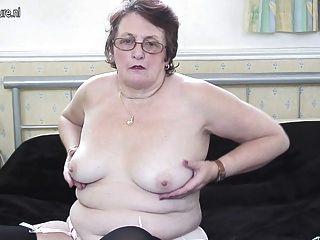 고상한 할머니는 여전히 젖은 채로있는 것을 좋아합니다.