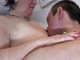 늙은 할머니는 그녀의 장난감 동성애자를 괴롭 히고 빨아 먹는다.