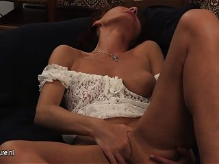 성숙한 매춘부 엄마가 그녀의 늙은 여자와 놀아요.