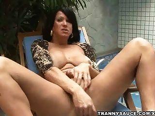 tranny vixen 그녀의 하드 수탉 수영장에서 잡아 당김