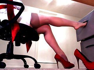 누드 스타킹과 빨간 발 뒤꿈치가있는 완벽한 다리
