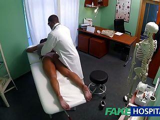 가짜 병원 더러운 거시기 섹스 중독자가 의사에게 좆된다.