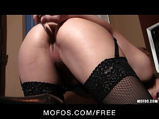 mofos sexy dani daniels는 그녀의 스타킹을 과시합니다.