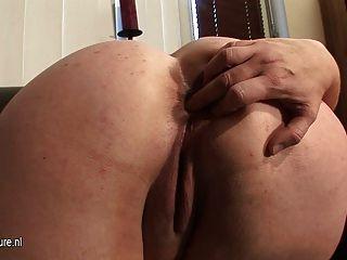 큰 성숙한 매춘부 엄마는 자신과 놀기를 좋아합니다.