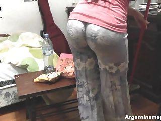 뜨거운 둥근 엉덩이 십대 집 청소 및 괴롭 히기