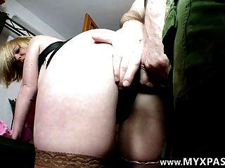 그녀의 첫 번째 포르노에 대 한 엉덩이에 그것을 복용 프랑스어 아마추어 milf