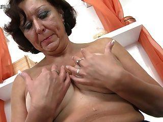 그녀의 오래 된 젖은 음부와 놀고 진짜 할머니