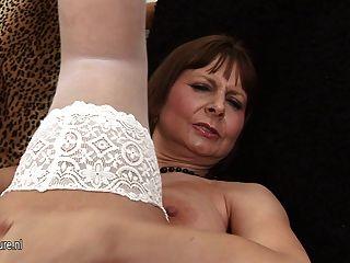 흥분되는 큰 titted 엄마