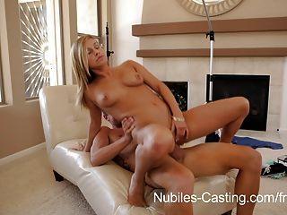 nubiles 캐스팅 귀여운 금발 하이틴 jizz에 대한 배고픈