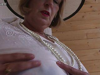 그녀의 가슴과 음부와 놀고 영국 할머니