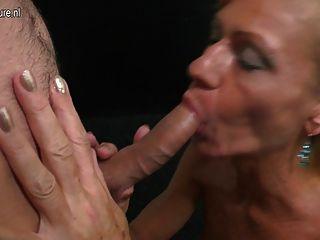 아들은 그의 엄마가 아니라 성숙한 섹스를 치다.