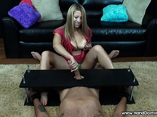 암컷은 그녀의 음부를 기쁘게하기 위해 큰 남근을 사용합니다.