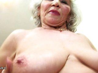 할머니 너무 오래되었지만 여전히 섹시하다.