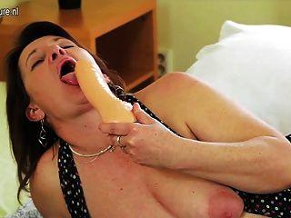 그녀의 음부가 젖은 변태 주부