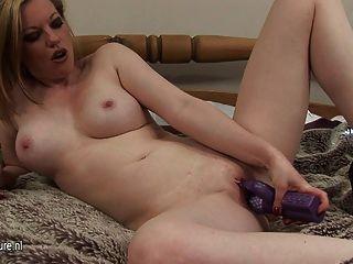 뜨거운 아가씨는 그녀의 음부와 놀고 싶어한다.