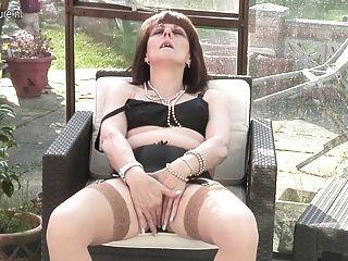 영국 아마추어 할머니는 장난 꾸러기 젖은 얻는다