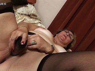 큰 할머니는 자신에 의해 젖은 것을 좋아합니다.