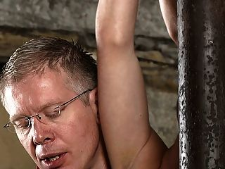 bdsm 노예 소년 묶여 및 schwule 정크를 젖을