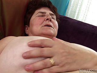 흥분한 할머니는 젖은 그녀의 털이 젖은 그녀가 그녀를 핥았을 가져옵니다