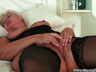 성숙한 할머니 샌드위치가 그녀의 피어싱을 문지른다.