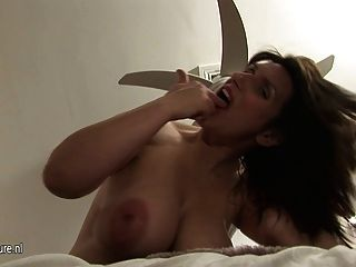 뚱뚱한 임신 한 성숙한 엄마가 젖은 젖꼭지를 젖 힙니다.